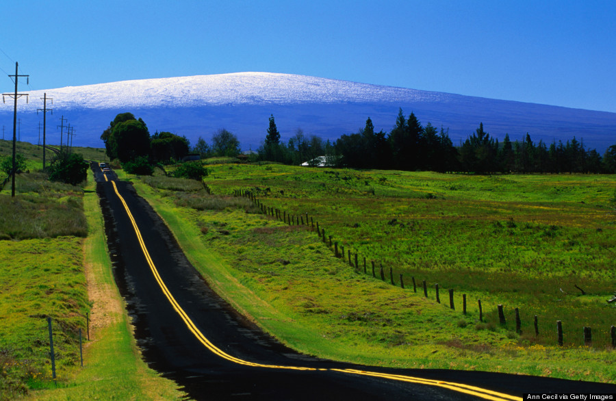 The Saddle Road connecting east and west Hawaii, with Mauna Loa (4103m) in the distance., Hawaii (Big Island), Hawaii, United States of America, North America